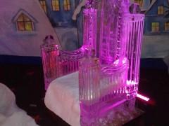 Fotel zrobiony z lodu na imprezę